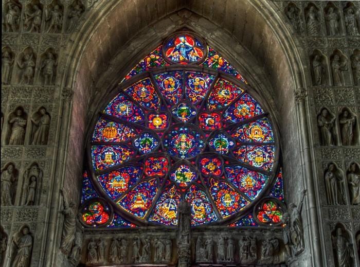 В соборе сохранились витражи XIII века, которые сосредоточены главным образом в верхней части нефа, хора и трансепта.