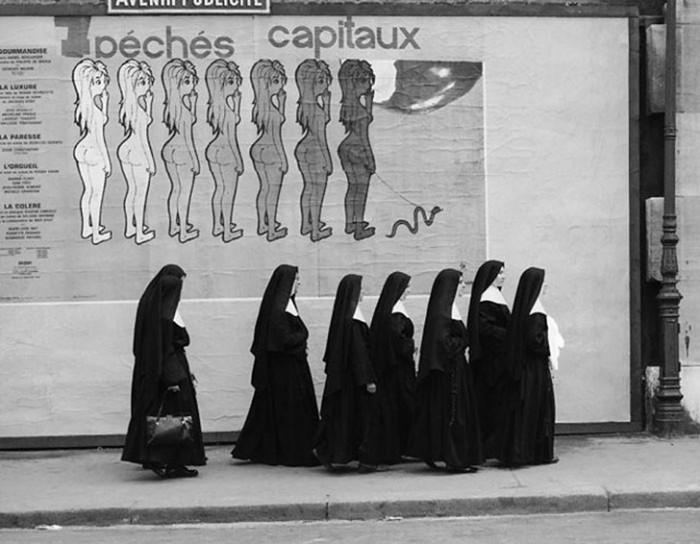 Реклама 7 смертных грехов и противоположные им 7 добродетелей-монашек.