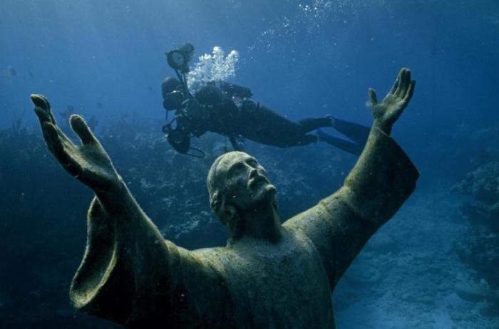 Дайвер у бронзовой статуи Иисуса Христа у архипелага Флорида-Кис.