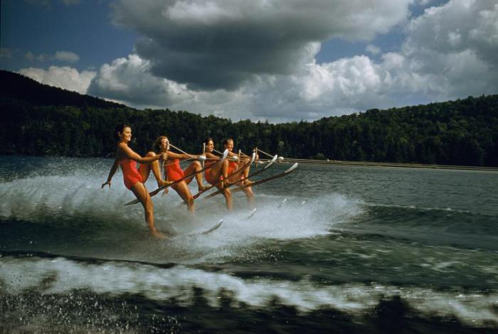 Женская команда по водным лыжам на озере Дарт в штате Нью-Йорк.