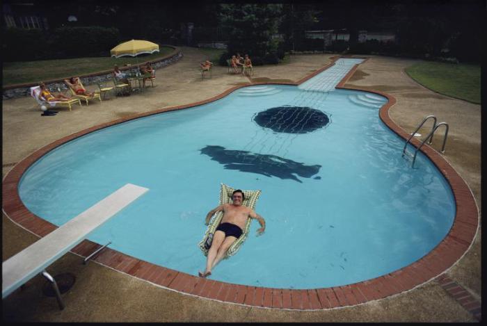 Исполнитель кантри Уэбб Пирс в своём бассейне в Нашвилле, штат Теннесси.