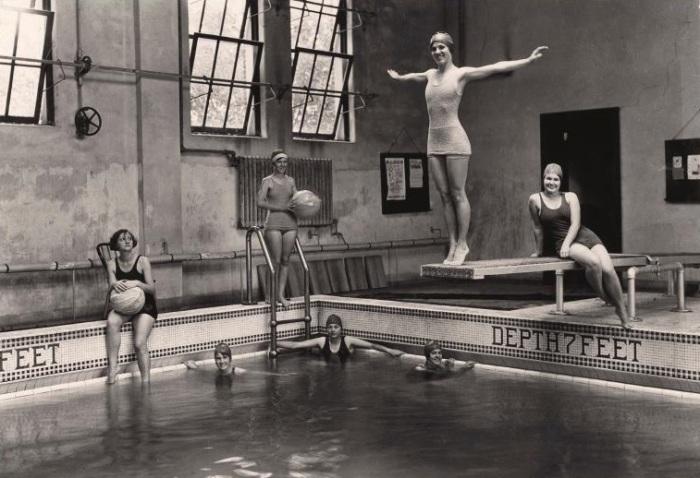 Студентки берут уроки плавания в бывшем женском колледже Тулейнского университета.