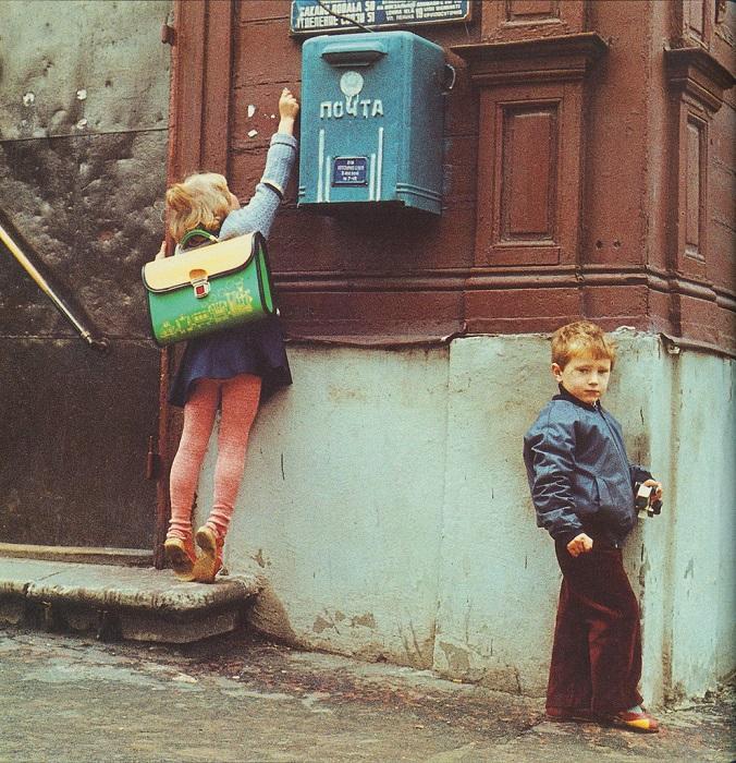 Довольно непросто было детям бросить письмо в почтовый ящик.