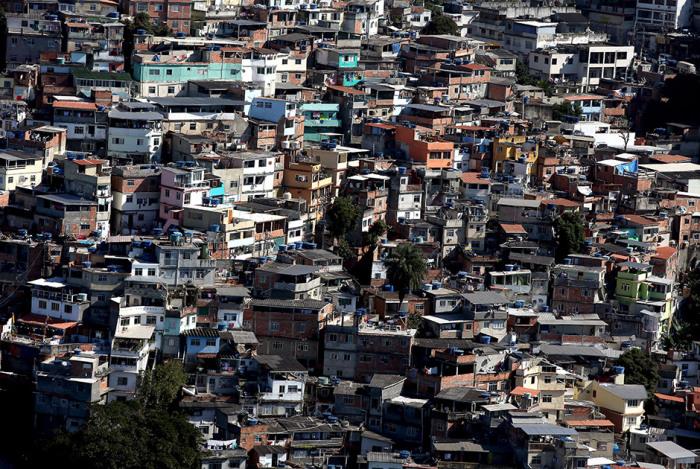 Бразильские трущобы, расположенные на склонах гор.