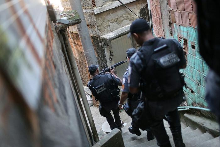 В трущобах, находящихся недалеко от «олимпийского» пляжа Копакабана — бесчинствует наркомафия, и находиться здесь опасно не только обычным людям, но и полицейским.