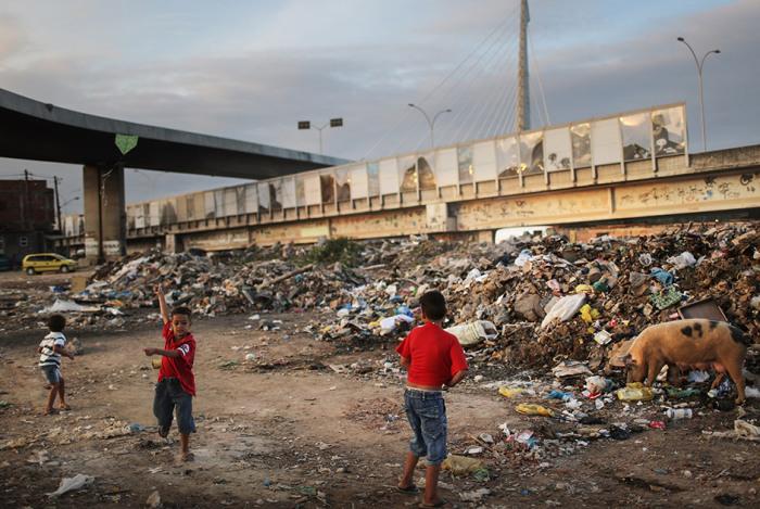 Одна из беднейших трущоб находится прямо возле трассы, соединяющей международный аэропорт Рио-де-Жанейро с центральными районами мегаполиса.