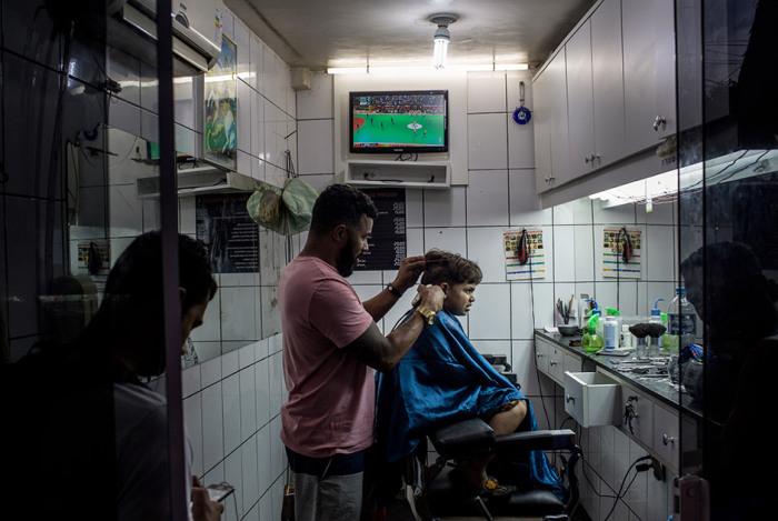 За спортсменов болеют даже в обычной парикмахерской.
