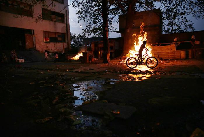 Девать отходы просто некуда, их никто не вывозит, поэтому жителям трущоб приходится сжигать их самостоятельно.