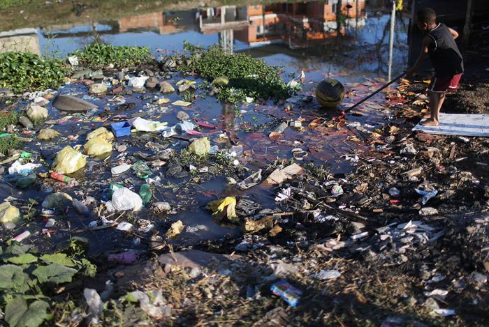 Часть отходов сбрасывается жителями в городские каналы, и это никого не смущает.
