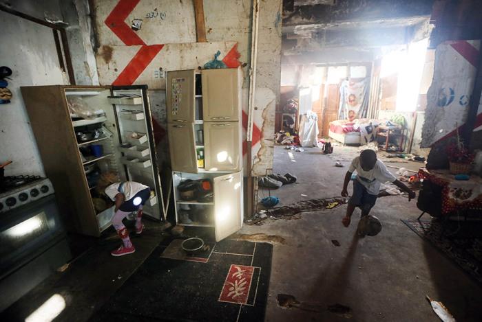 В зданиях фавел люди живут большими семьями, поэтому о чистоте и порядке и речи быть не может.