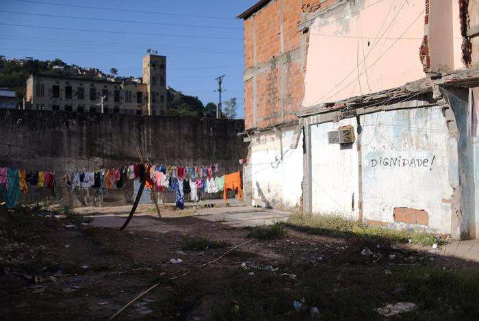 Несмотря на отсутствие воды в фавелах, люди часто стирают и следят за чистотой одежды.