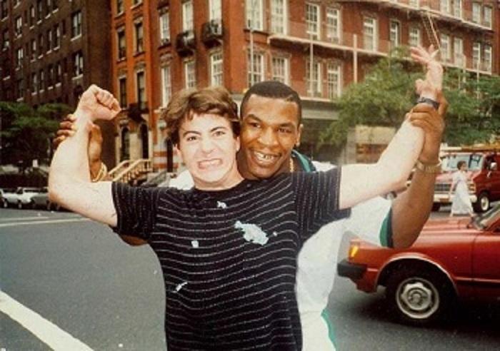 Роберт позирует с другом отца, Майком Тайсоном, 1980 год.