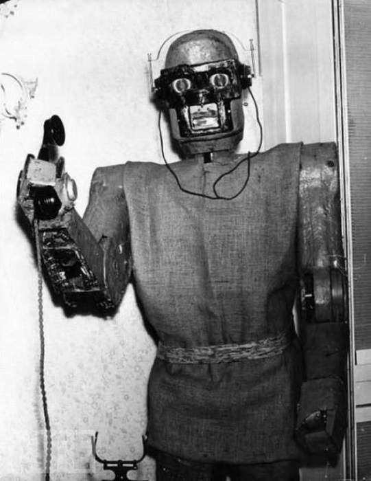 Ставится рядом с телефоном, поднимает трубку, произносит сообщение, записывает сообщение от звонящего.