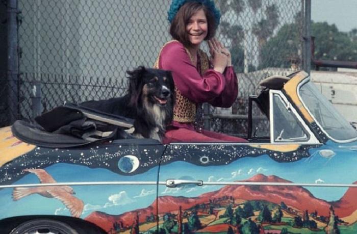 Американская рок-певица в своем расписанном вручную автомобиле Porsche 356c Cabriolet с псом Джорждем.