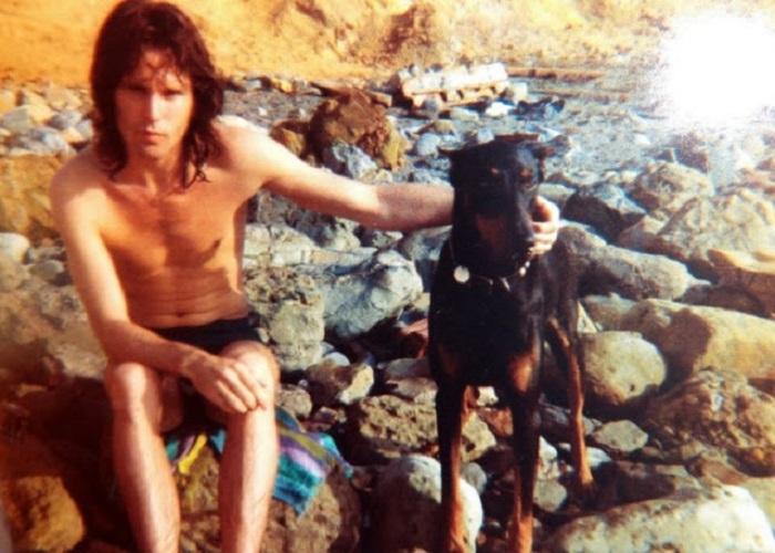 Харизматичный лидер группы «The Doors» со своим питомцем - доберманом по кличке Сейдж.