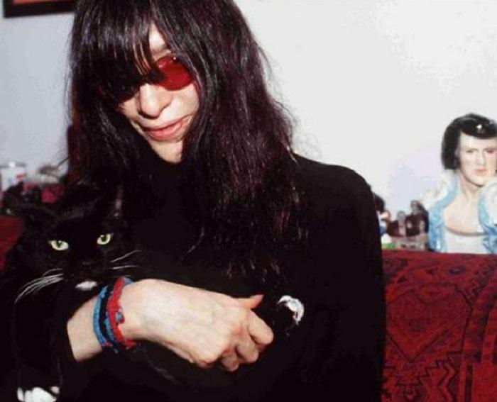 У американского музыканта, ставшего иконой контркультуры, кошки всегда были любимчиками.