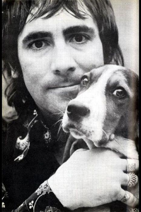 Британский барабанщик группы «The Who» вместе с одной из своих собак.
