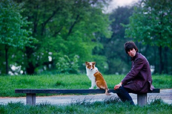 Знаменитый британский гитарист рок-группы «Rolling Stones» и его собака Ратбаг на прогулке в Гайд-парке.