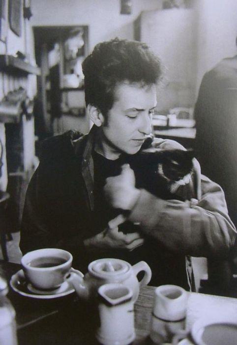 Молодой музыкант, певец и композитор из всех домашних питомцев предпочитал кошек.
