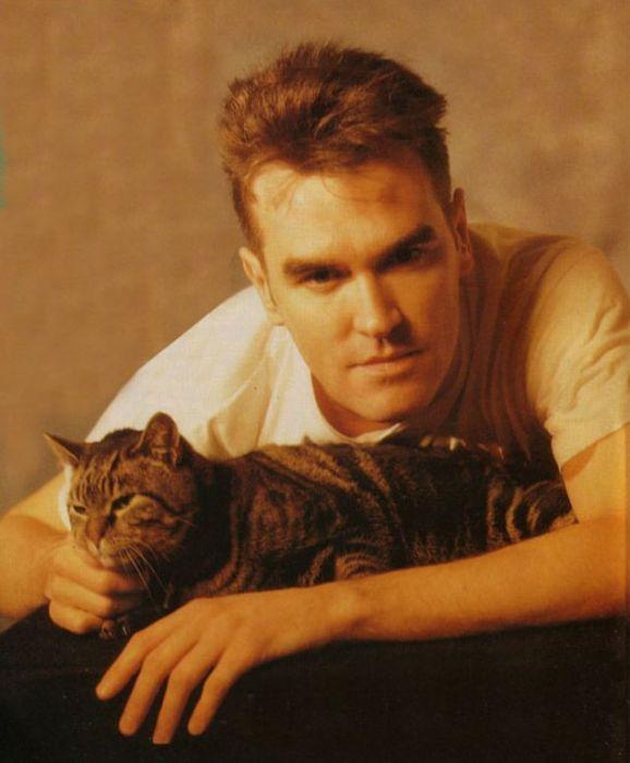 <br>За огромную любовь к кошкам основателя группы «The Smiths» прозвали «кошачьей бабушкой».