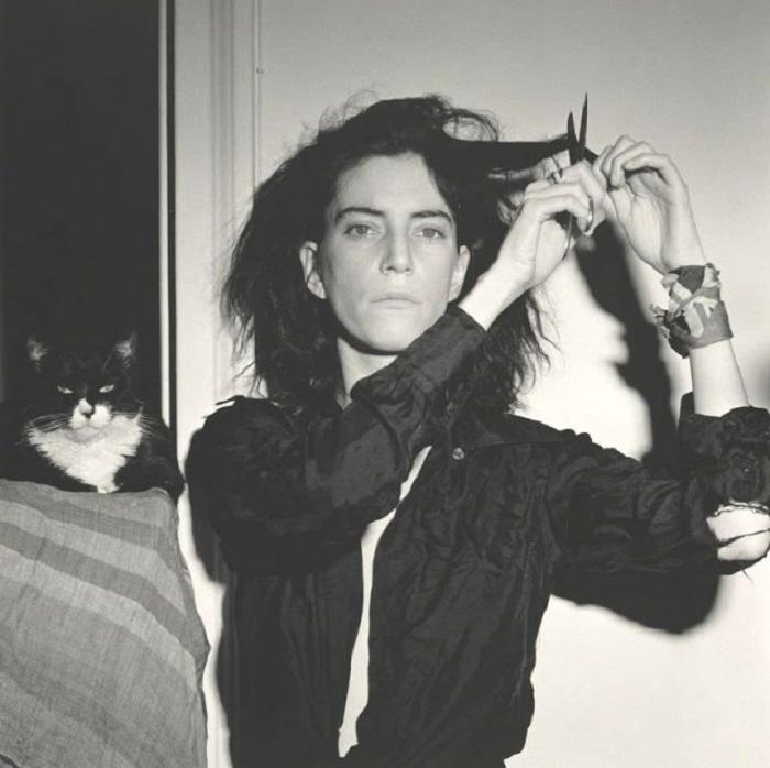 Молодая мериканская певица и «крестная мама панк-рока» со своим черно-белым котом-«стилистом».
