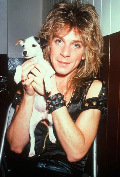 Американский музыкант, виртуозно владеющий гитарой, и его милый щенок с аккуратными черными ушками.