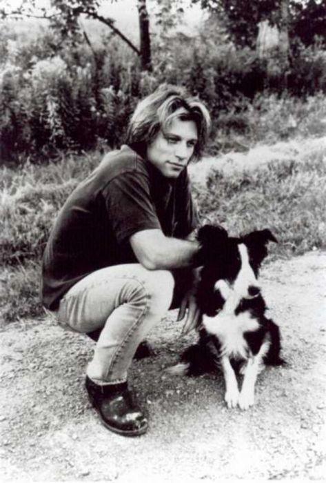 Основатель популярной рок-группы «Bon Jovi» со своей собакой породы бордер-колли.