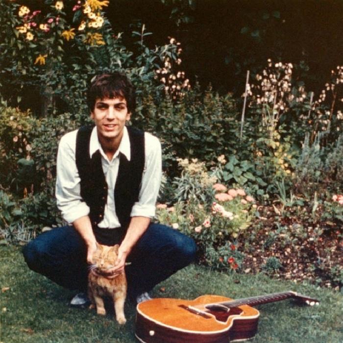 Загадочный основатель британской рок-группы «Pink Floyd» со своим котом Ровером.