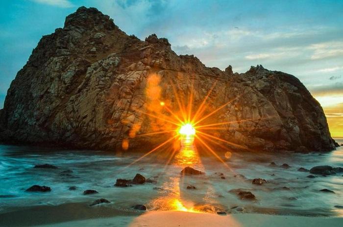 Пляж Пфайффер Бич скрыт среди скал и холмов, здесь можно увидеть захватывающие дух закаты.