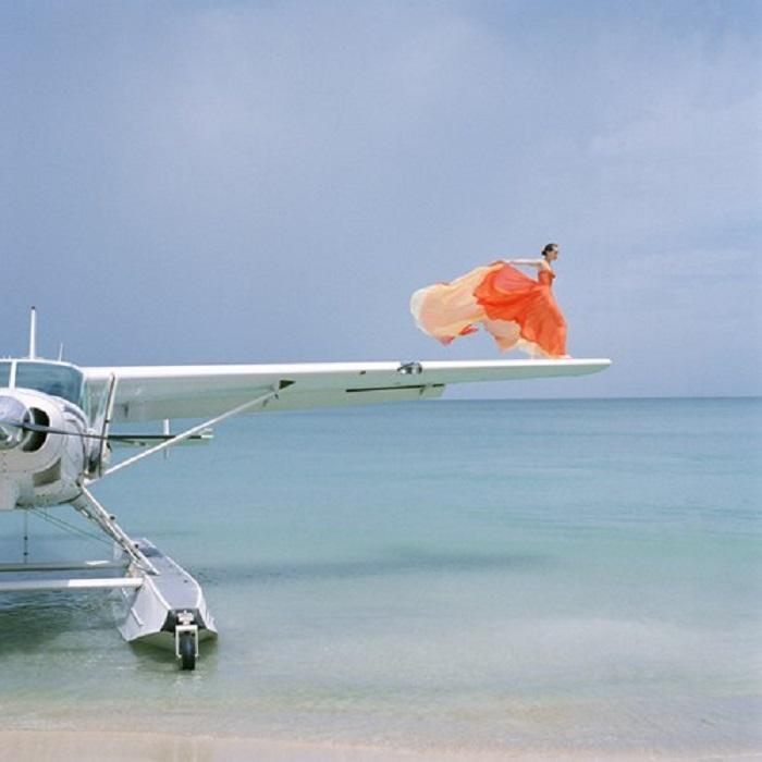 Загадочная девушки на крыле самолёта.