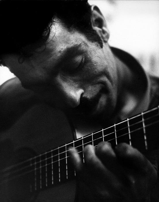 Задушевное пение цыгана с гитарой.