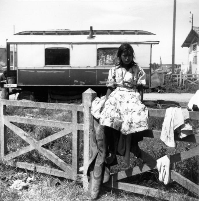Юная цыганочка около вагончика-дома на колесах.