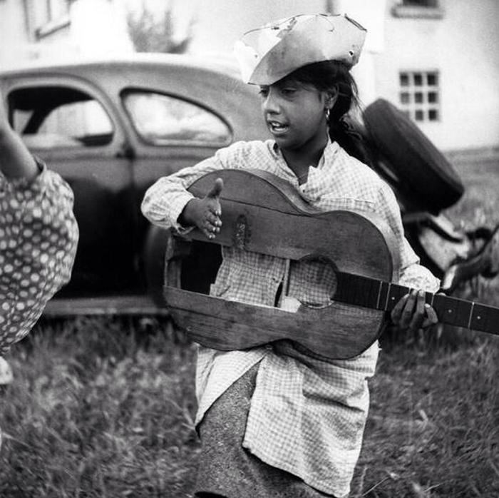Девушка с разбитой и сломанной гитарой.