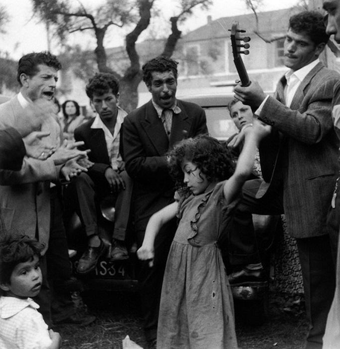 Цыганская девочка танцует на улице.