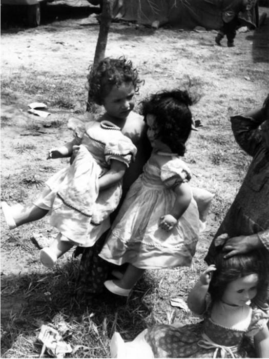 Цыганские девочки играются куклами.