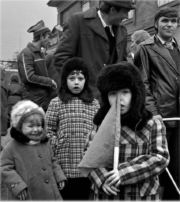 Детишки под присмотром папы.