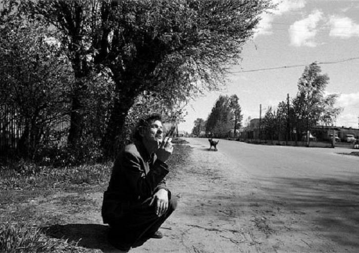 Мужчина на обочине деревенской улицы.