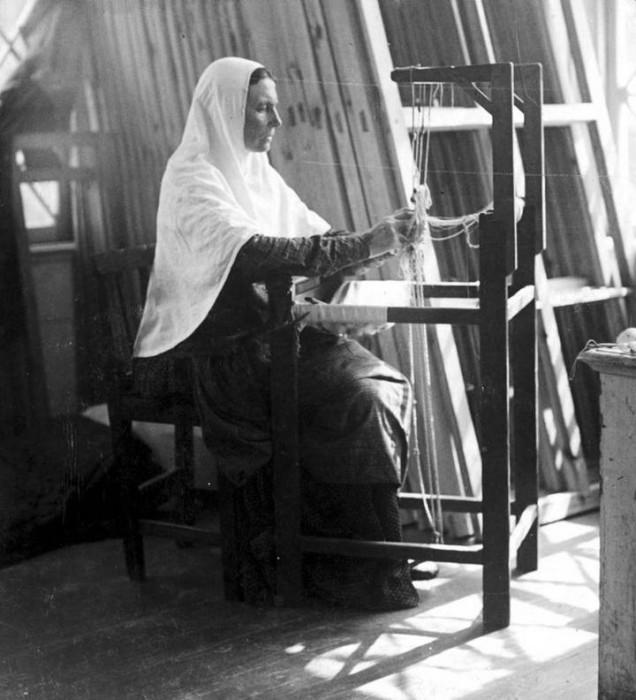 Крестьянка за ткацким станком.
