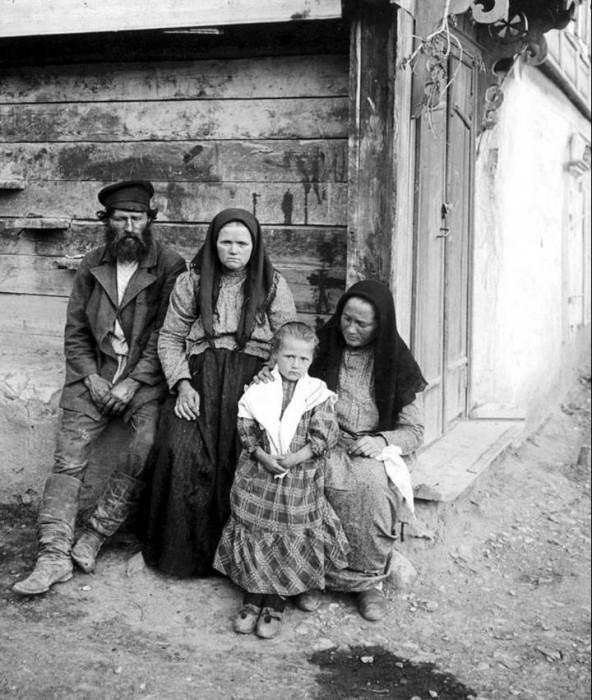 Крестьянская семья на завалинке.