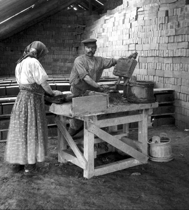 Производство кирпича осуществлялось вручную.