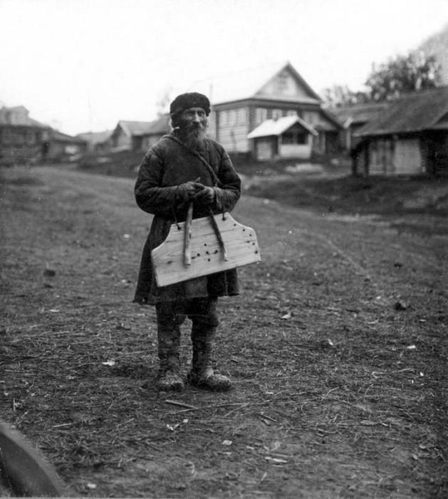 Крестьянин в традиционной повседневной одежде.