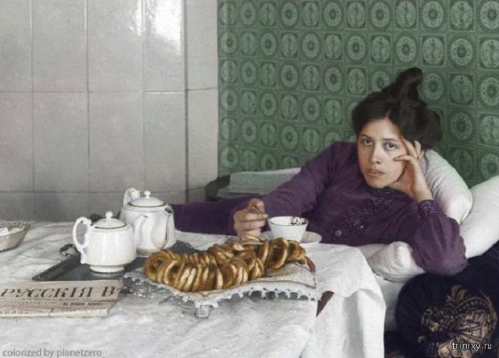 Колоризированая фотография, иллюстрирующая одну из любимых русских традиций.