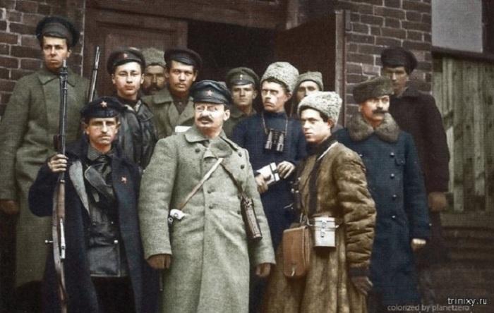 Революционер Лейба Давидович Бронштейн, известный под псевдонимом Лев Троцкий, со своей охраной.