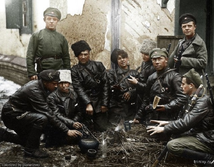 Солдаты Красной армии обедают и греются у небольшого костра.