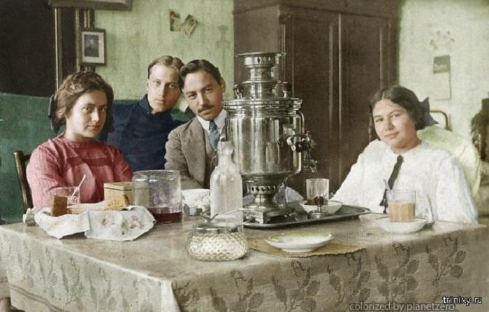 Традиционное чаепитие с самоваром – символом русского гостеприимства.