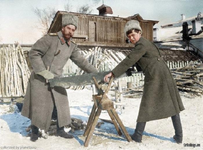 Николай II с сыном Алексеем пилят дрова во дворе своего дома во время ссылки в Тобольск.