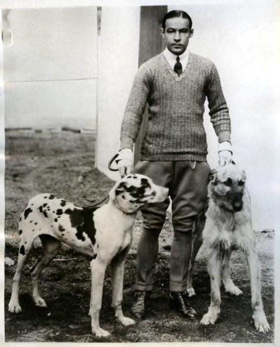 «Руди Валь» с двумя любимыми собаками.