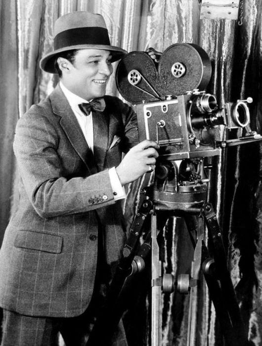 Валентино управляет киносъёмочным аппаратом.