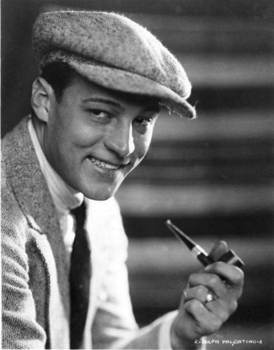 Рудольф Валентино с курительной трубкой.