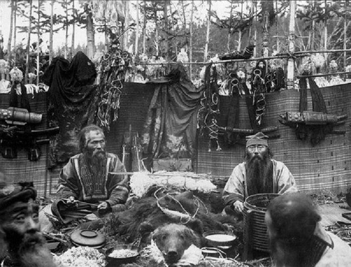 Айны на медвежьем празднике, 1905 год.